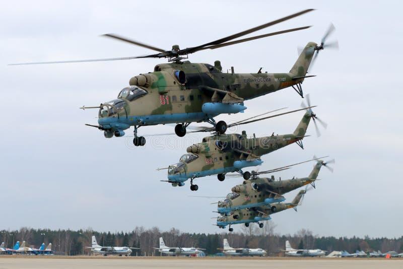 Helicópteros de ataque de la milipulgada Mi-35M RF-13027 de la fuerza aérea rusa durante ensayo del desfile de Victory Day en la  foto de archivo
