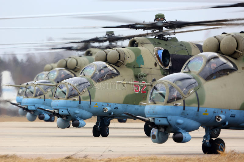 Helicópteros de ataque de la milipulgada Mi-35M RF-13028 de la fuerza aérea rusa durante ensayo del desfile de Victory Day en la  foto de archivo libre de regalías
