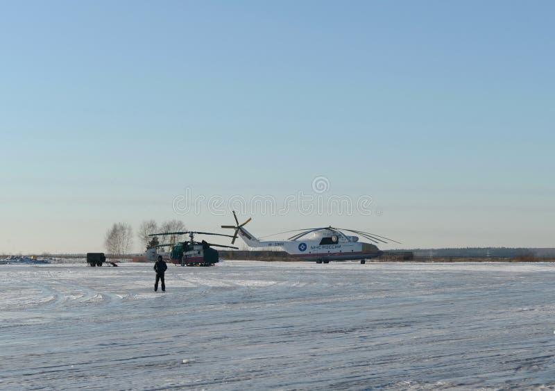 Helicópteros do salvamento do fogo do ministério das emergências do russo Ka-32A e Mi-26 no aeródromo de Myachkovo fotografia de stock