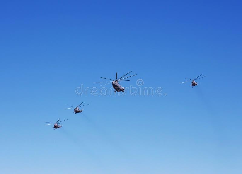 Helicópteros do transporte em voo fotografia de stock