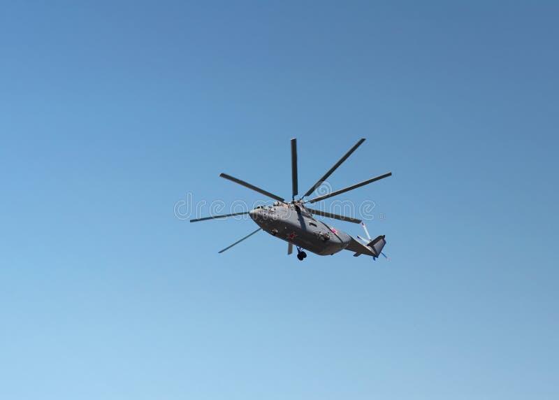Helicópteros do transporte em voo imagens de stock