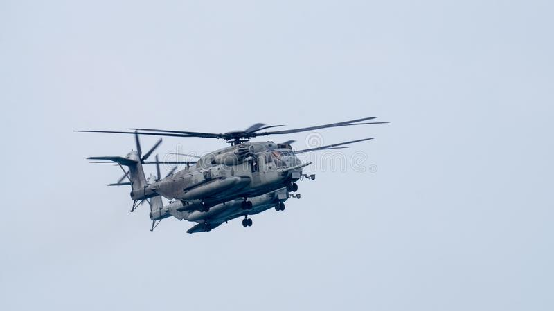Helicópteros do transporte do pesado-elevador do garanhão do mar CH-53 dos E.U. Mosca da marinha no céu durante o exercício milit fotos de stock royalty free