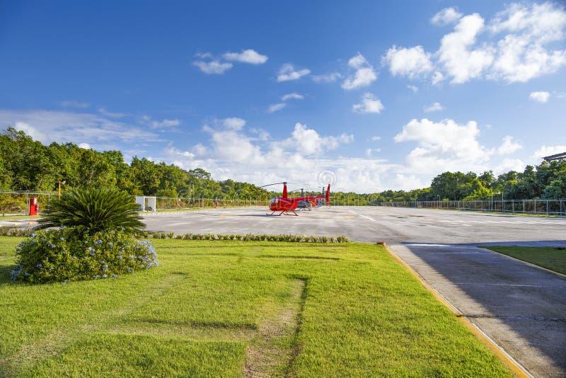 Helicópteros do turista estacionados em um heliporto tropical foto de stock