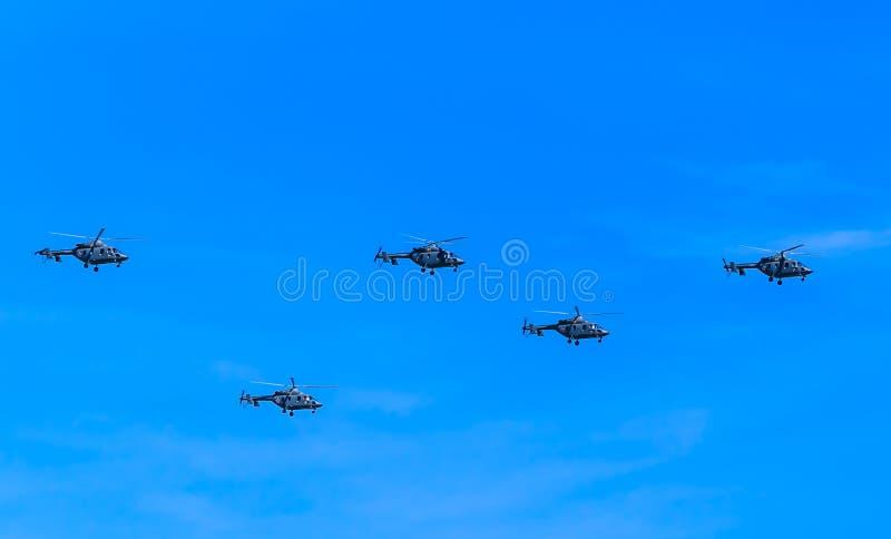 5 helicópteros médios do transporte de Mi-8AMTK (quadril) imagens de stock