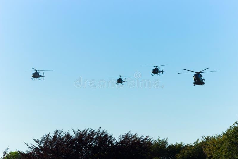 Helicópteros militares en el cielo foto de archivo