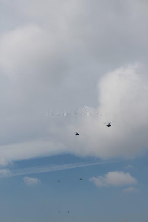 Helicópteros militares en el cielo sobre St Petersburg imagen de archivo libre de regalías