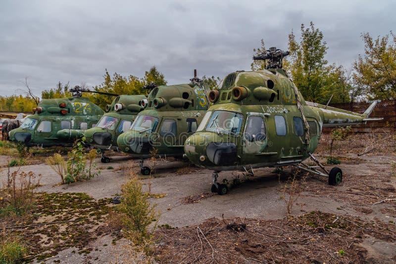 Helicópteros militares rusos abandonados en el campo de aviación militar abandonado imagen de archivo