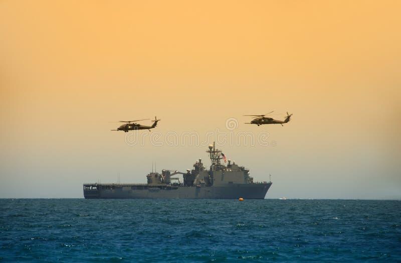 Helicópteros que asoman sobre la nave foto de archivo