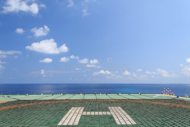 Helideck mit Helinet der Offshoreerdölbohrungs-Anlage lizenzfreies stockbild