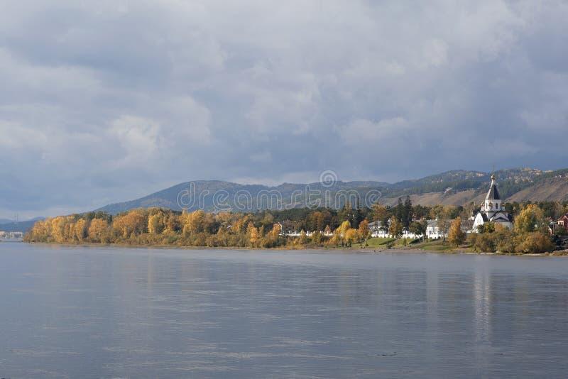 Helig antagandekloster på banken av Yeniseiet River i hösten, sikt från vattnet arkivbild