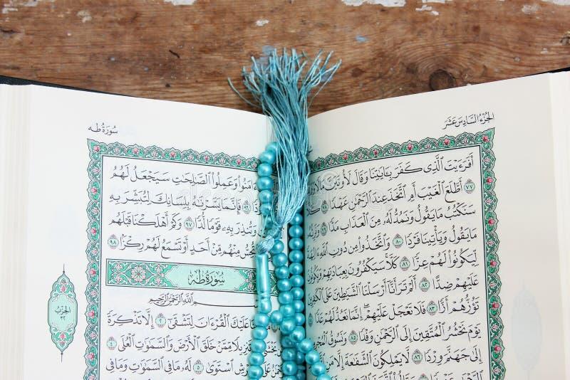 Helig bok för Koranen med radbandet arkivbilder