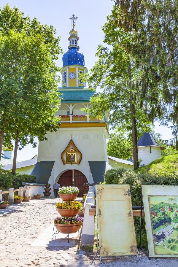 Helig Dormition Pskovo-Pechersky klosterPskov-grottor kloster Petrovskaya torn fotografering för bildbyråer