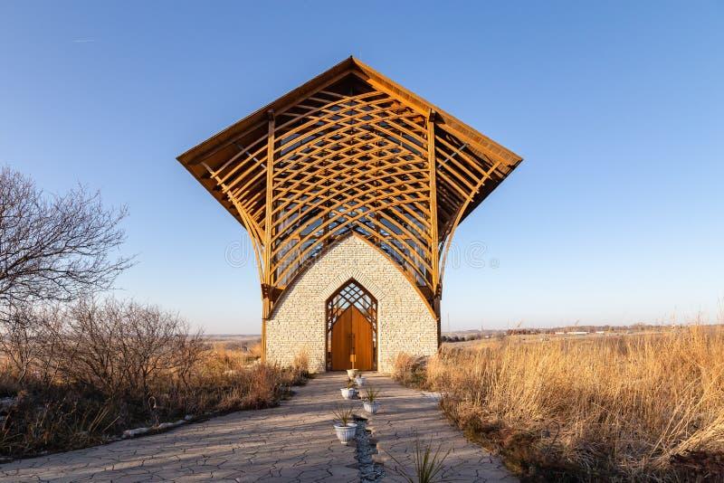 Helig familjrelikskrin Gretna Nebraska med torrt gräs för nedgång arkivbild