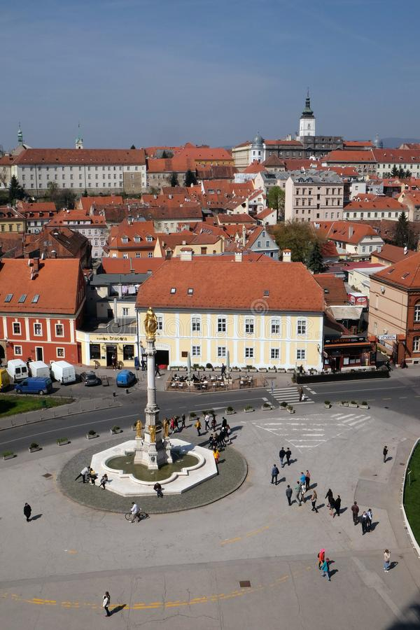 Helig Mary kolonn circa med änglar och springbrunn framme av den Zagreb domkyrkan royaltyfri fotografi