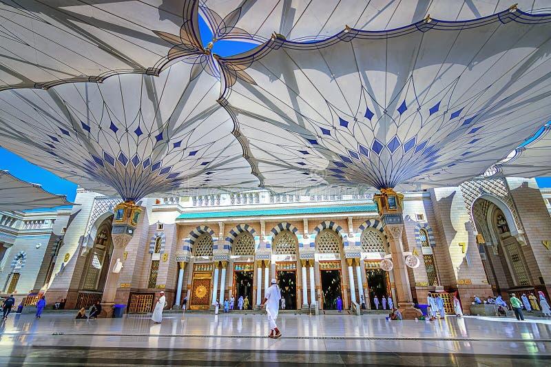 Helig moskéingångssikt i Madinah Saudiarabien royaltyfri fotografi