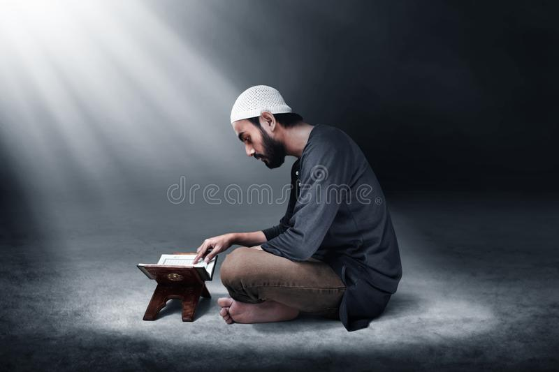 Helig quran f?r muslimsk manl?sning royaltyfri fotografi