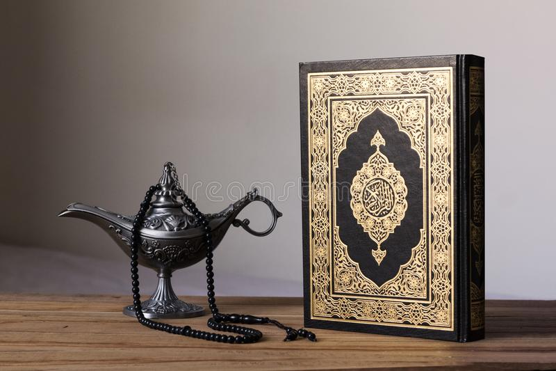 Helig Quran på woddenbakgrunden med en radband- och Egypten aladdinlampa - för alfitr för Ramadan kareem/Eid begrepp royaltyfria foton