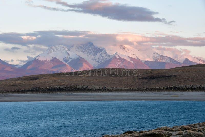 Helig Rakshas Tal sjö och Gurla Mandhata maximum i Ngari på solnedgången, västra Tibet, Kina Denna sjö också som är bekant som de fotografering för bildbyråer