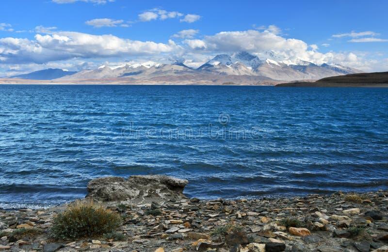Helig Rakshas Tal sjö och Gurla Mandhata maximum i Ngari, västra Tibet, Kina Denna sjö också som är bekant som demon sjön, Ravana arkivfoton