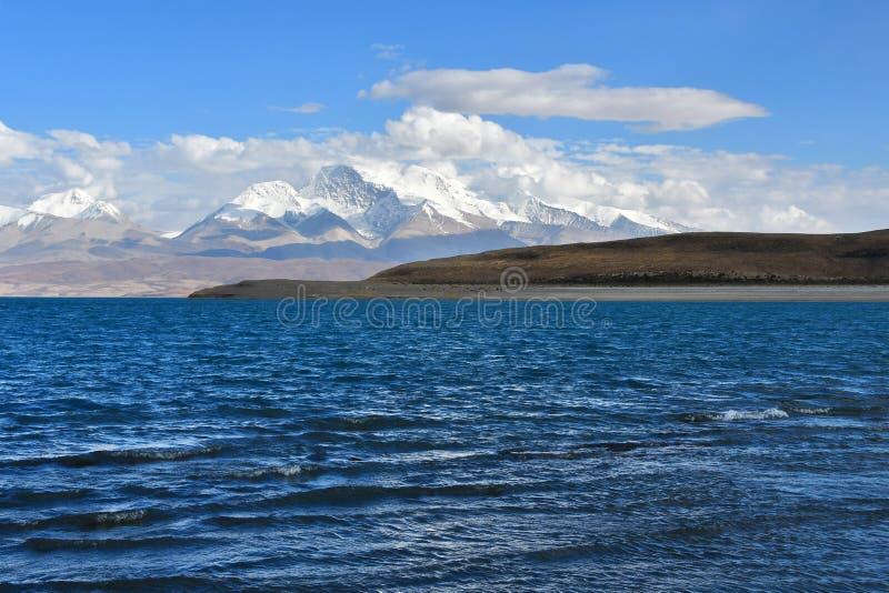 Helig Rakshas Tal sjö och Gurla Mandhata maximum i Ngari, västra Tibet, Kina Denna sjö också som är bekant som demon sjön, Ravana arkivbild