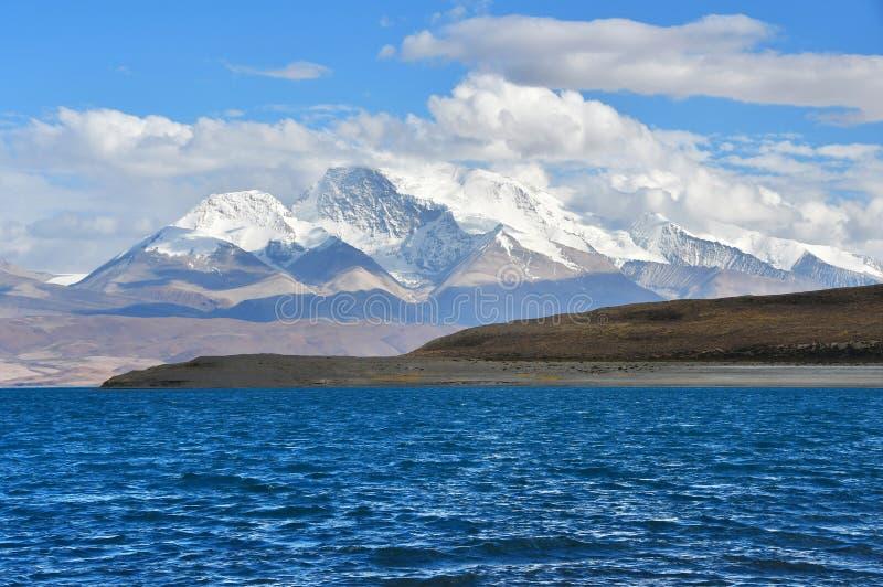 Helig Rakshas Tal sjö och Gurla Mandhata maximum i Ngari, västra Tibet, Kina Denna sjö också som är bekant som demon sjön, Ravana arkivbilder
