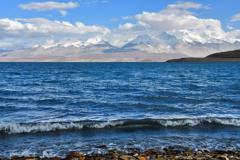 Helig Rakshas Tal sjö och Gurla Mandhata maximum i Ngari, västra Tibet, Kina Denna sjö också som är bekant som demon sjön, Ravana fotografering för bildbyråer