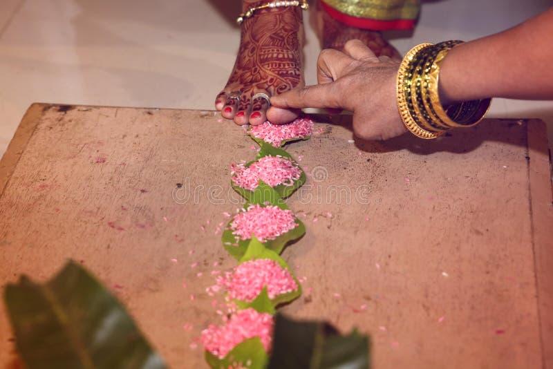 Helig ritual i indiskt bröllop royaltyfria foton