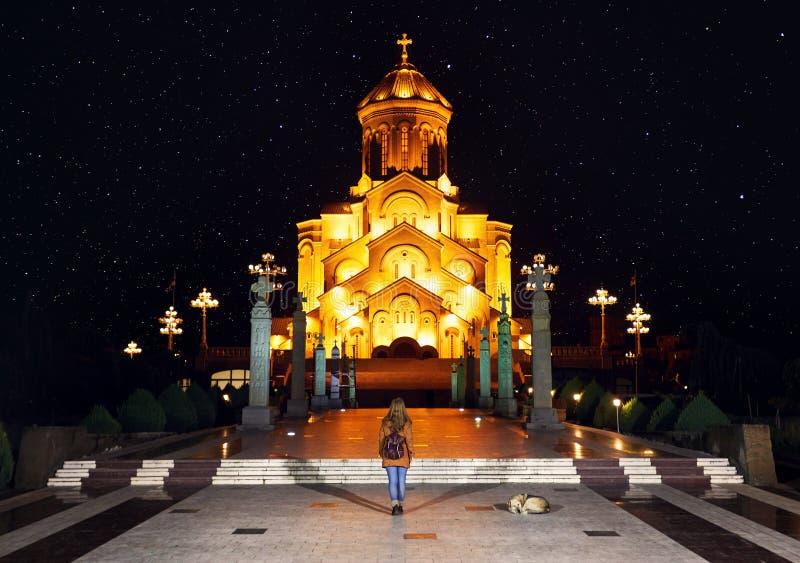 Helig Trinitydomkyrka av Tbilisi på natten arkivbild