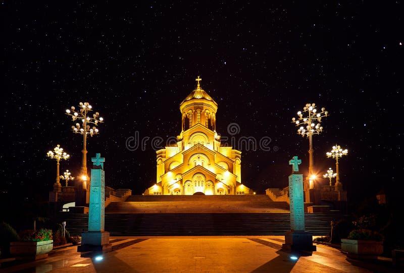 Helig Trinitydomkyrka av Tbilisi på natten arkivfoto