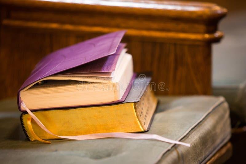 Heliga böcker på den kyrkliga bänken arkivfoton