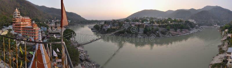 Heliga Ganges River i Rishikesh med hinduiska tempel arkivbilder