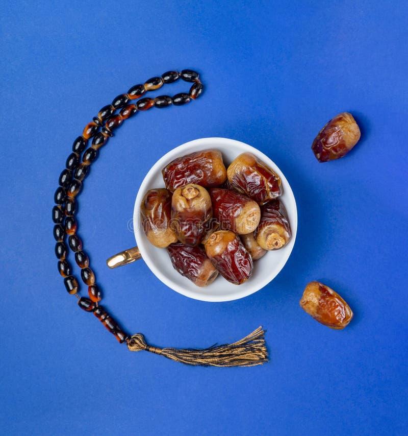 Heliga Ramadan Fresh Fruits, data och radband royaltyfri fotografi