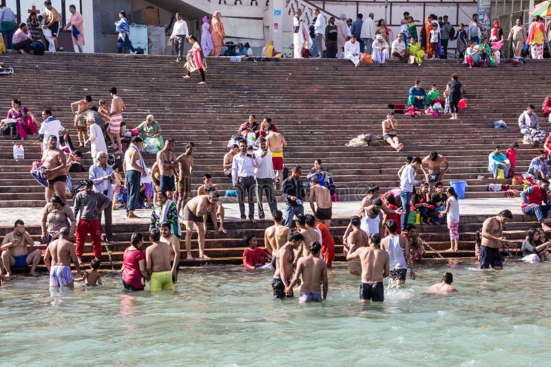 Heligt bad i Gangesen royaltyfri foto
