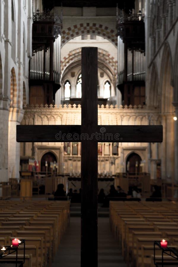 Heligt kors i kyrkan för påsk royaltyfri fotografi