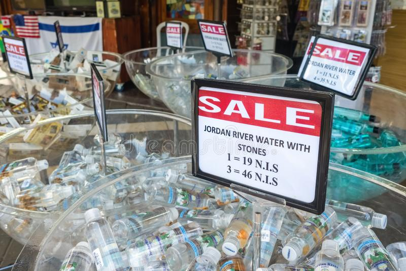 Heligt vatten fr?n Jordanet River som ?r till salu p? Yardenit den dop- platsen i Israel royaltyfri fotografi
