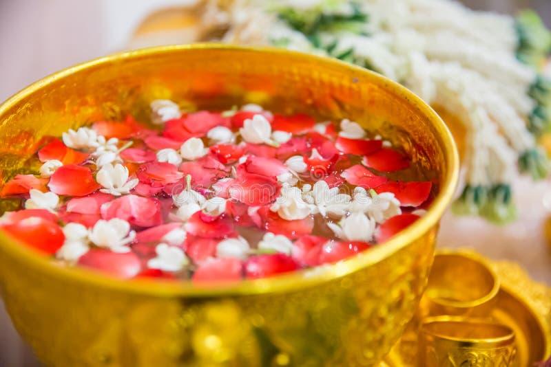 Heligt vatten med rosa arom och jasminblomman royaltyfri foto