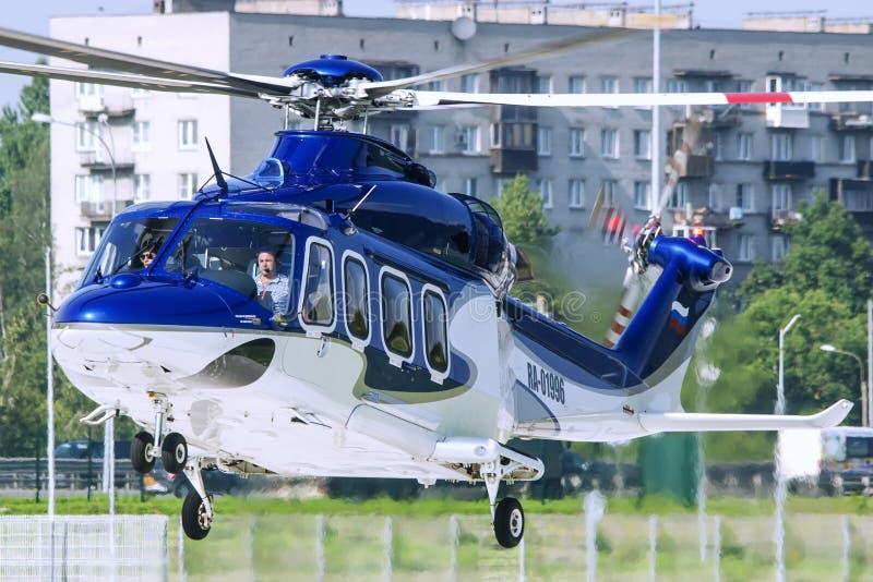 Helikopter AW139 på en stads- helipad royaltyfri foto