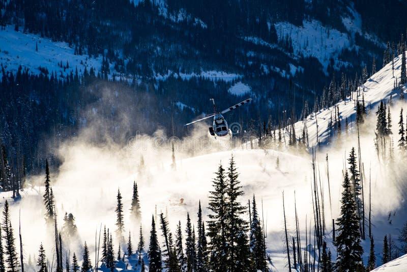 Helikopter bierze daleko w śniegu obrazy royalty free