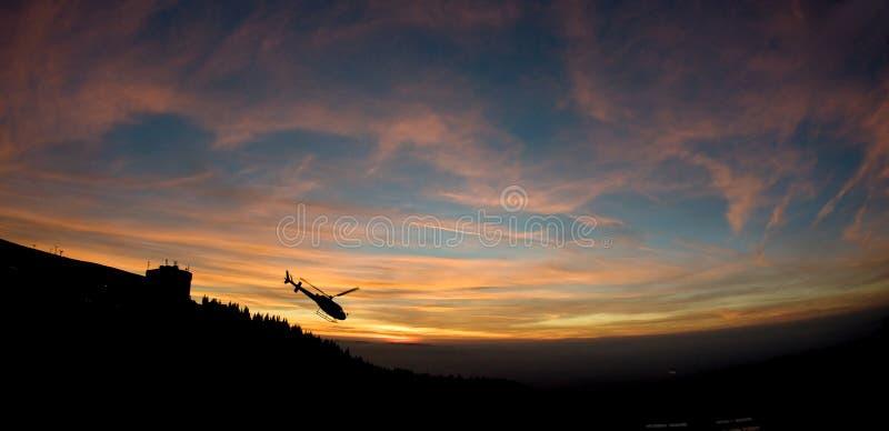 Helikopter bij zonsondergang royalty-vrije stock afbeeldingen