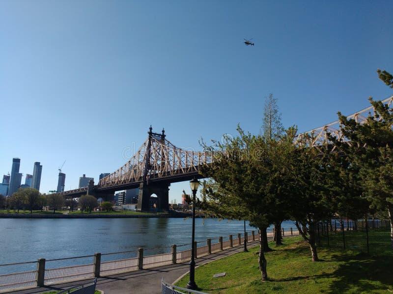 Helikopter boven Queensboro-Brug, Roosevelt Island, NYC, NY, de V.S. stock afbeeldingen