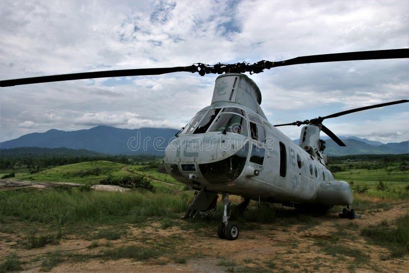 Helikopter CH-46 på en klippa arkivfoton
