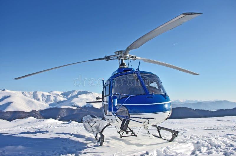 Helikopter in de bergen royalty-vrije stock afbeelding