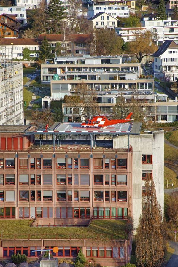 Helikopter die op het het ziekenhuisdak landen in Thun-Stad royalty-vrije stock fotografie