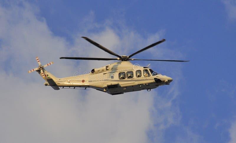 Helikopter för Pope som Benedict XVI lämnar Vaticanen royaltyfri fotografi