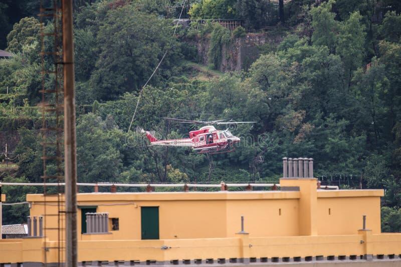 Helikopter för räddningsaktioner av den offerMorandi bron i Genua, Italien royaltyfria bilder