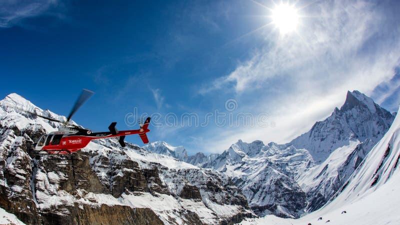 Helikopter i Himalaya royaltyfri foto