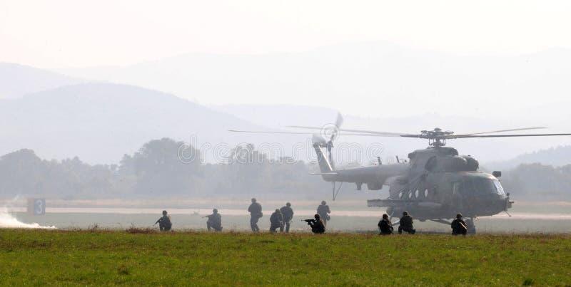 Helikopter - mi-17 - gevechtsactie royalty-vrije stock afbeeldingen