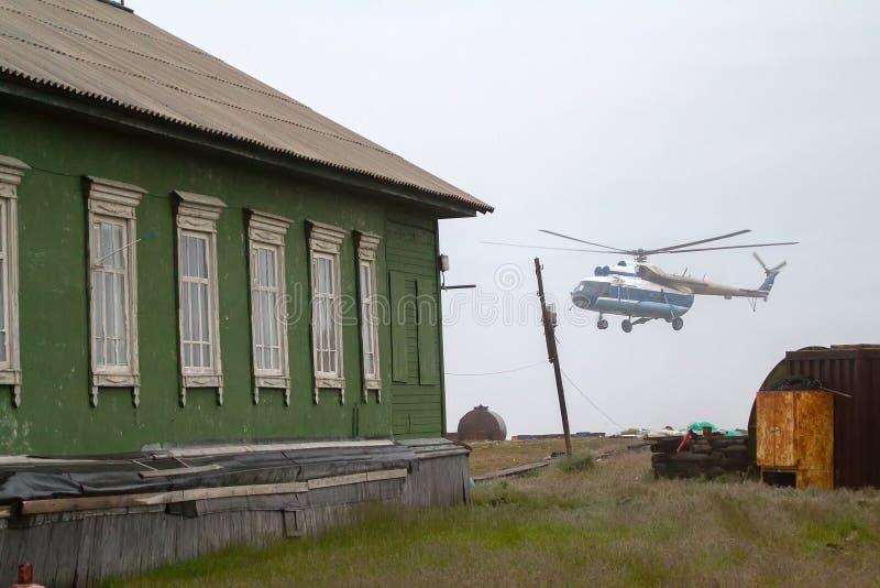 helikopter Mi-8 ląduje przy biegunową stacją Vaygach wyspa zdjęcia royalty free
