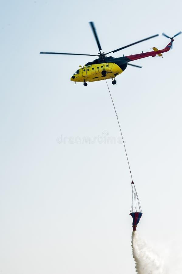 Helikopter mi-8 van de brandredding met wateremmer royalty-vrije stock foto's