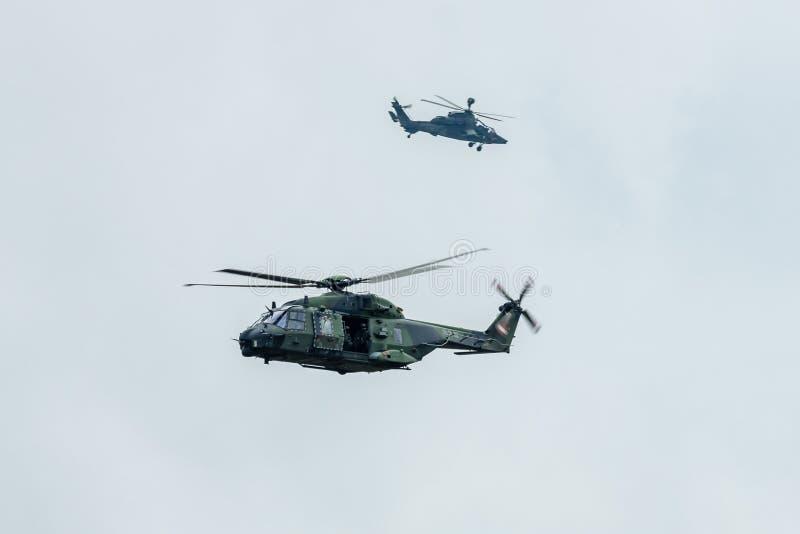 Helikopter NH90 &-x28; foreground&-x29; i Eurocopter tygrys &-x28; background&-x29; armia niemiecka zdjęcie stock